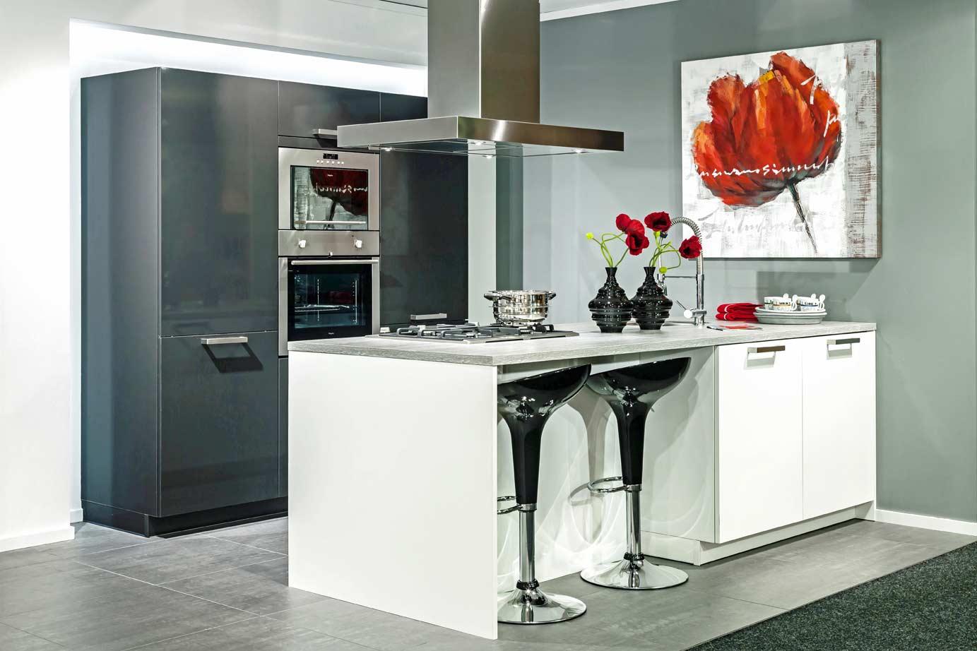 Een grijze keuken Luxe uitstraling, past bij veel