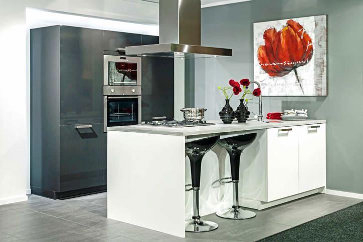 Een grijze keuken luxe uitstraling past bij veel interieurs db keukens - Idee deco keuken grijs ...