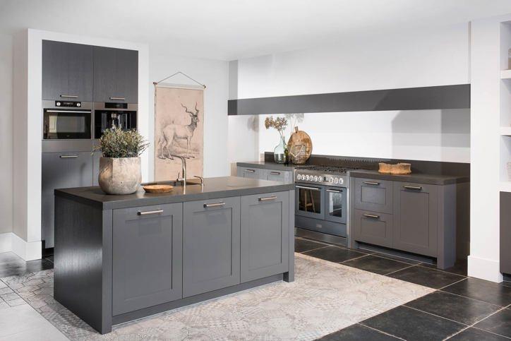 Een grijze keuken. luxe uitstraling past bij veel interieurs db