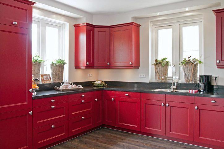 Rode keukens zijn uniek en opvallend bekijk voorbeelden db keukens - Keuken in rood en wit ...