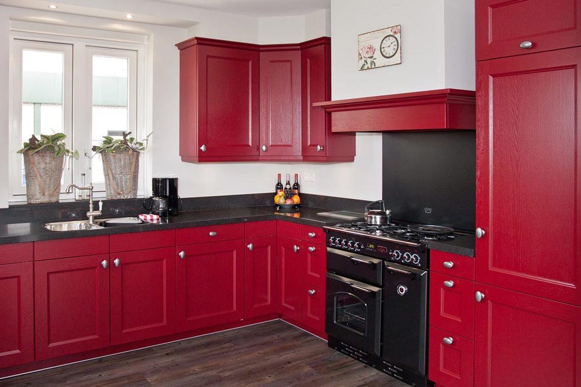 Rode keukens zijn uniek en opvallend bekijk voorbeelden db keukens - Aardewerk rode keuken ...