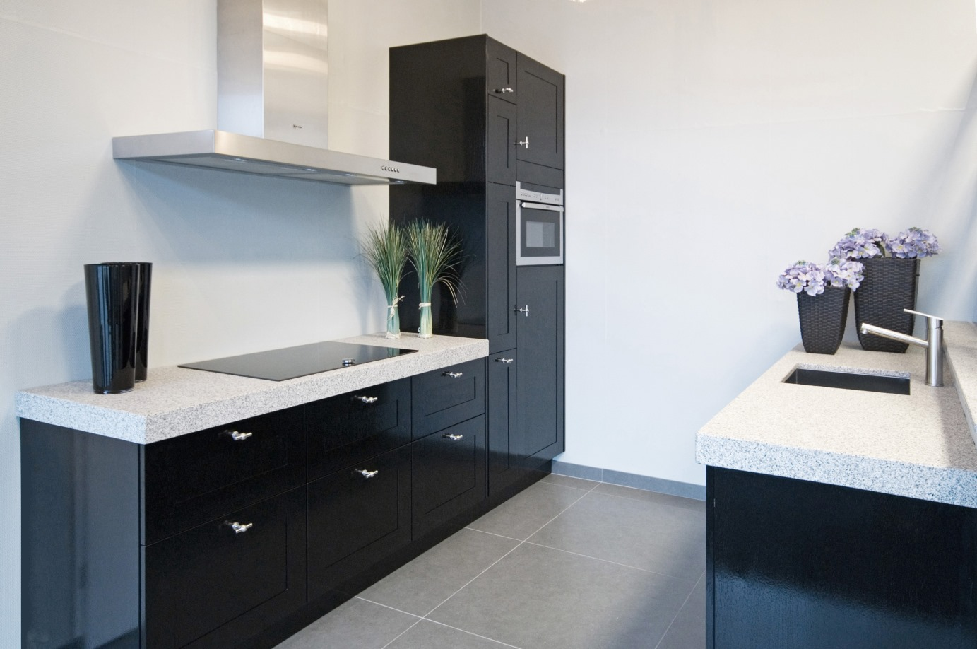 Zwarte Landelijke Keuken : keuken, met composiet blad. Lees meer informatie over zwarte keukens