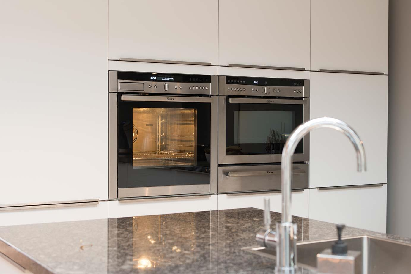 Badkamer Showroom Katwijk : Moderne keuken met eiland in katwijk zie binnenkijker db keukens