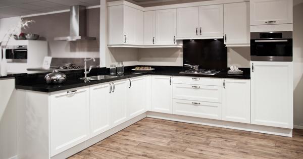 Witte keuken met apparatuur van miele db keukens - Witte keuken voorzien van gelakt ...