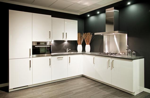Witte Keuken Zwarte Plint : Hoogglans keuken. chique in modern ...