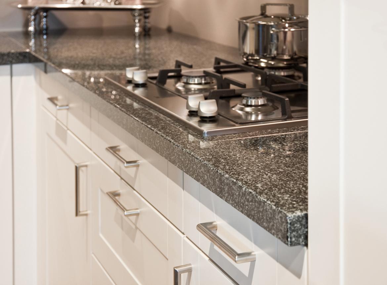 Hoekkeuken mooie royale hoekkeuken db keukens - Keuken met granieten werkblad ...