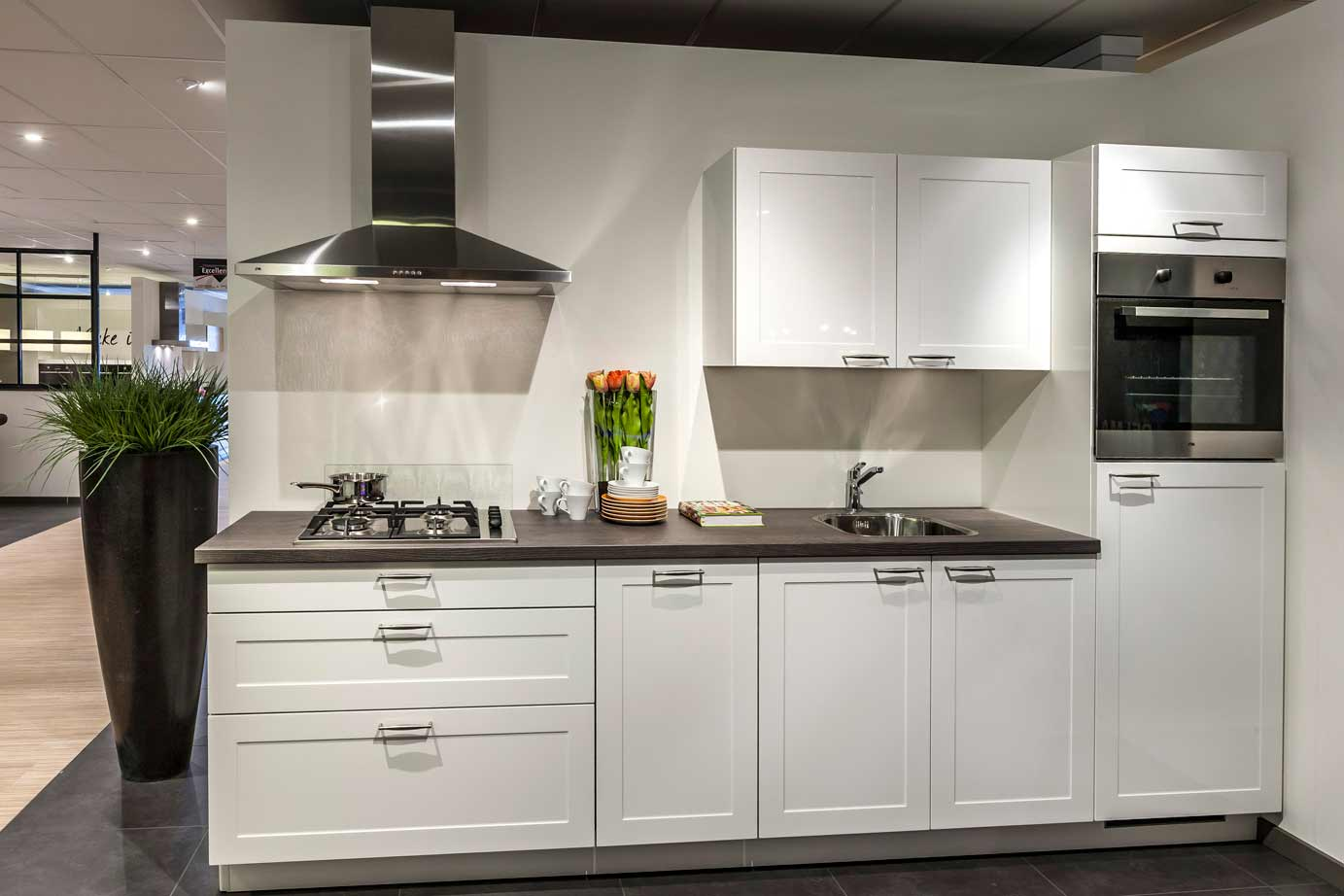 Strakke Witte Keuken : Witte keuken. Strakke materialen maken het. – DB Keukens