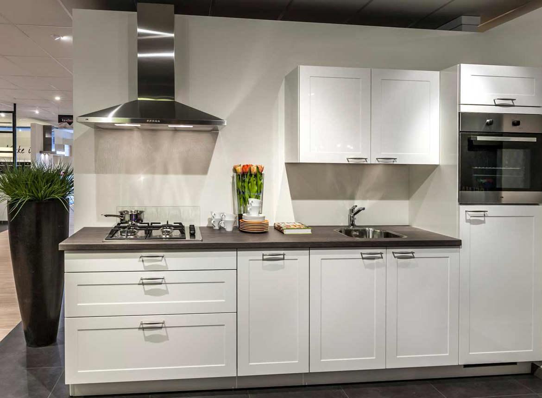 Witte keuken. strakke materialen maken het.   db keukens