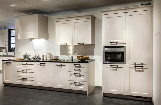 Rechte tijdloze keuken met kastenwand en Neff apparatuur - DB Keukens