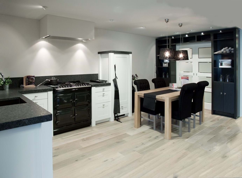 Witte keuken met prachtig aanrechtblad db keukens - Witte keuken met zwart werkblad ...