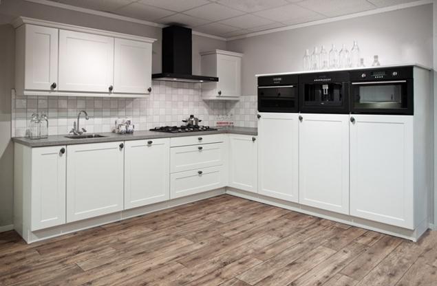 Landelijke Keukens Voorbeelden : Witte keuken. met apparatuur van ...