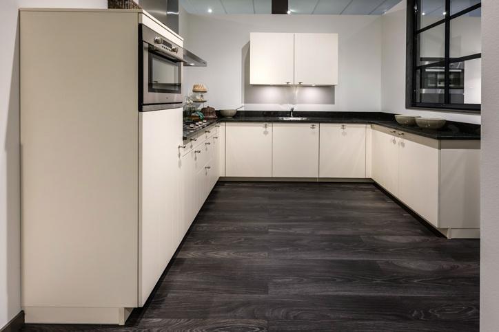 U keukens veel opbergen leuk met extra bar db keukens - Keuken in u met bar ...