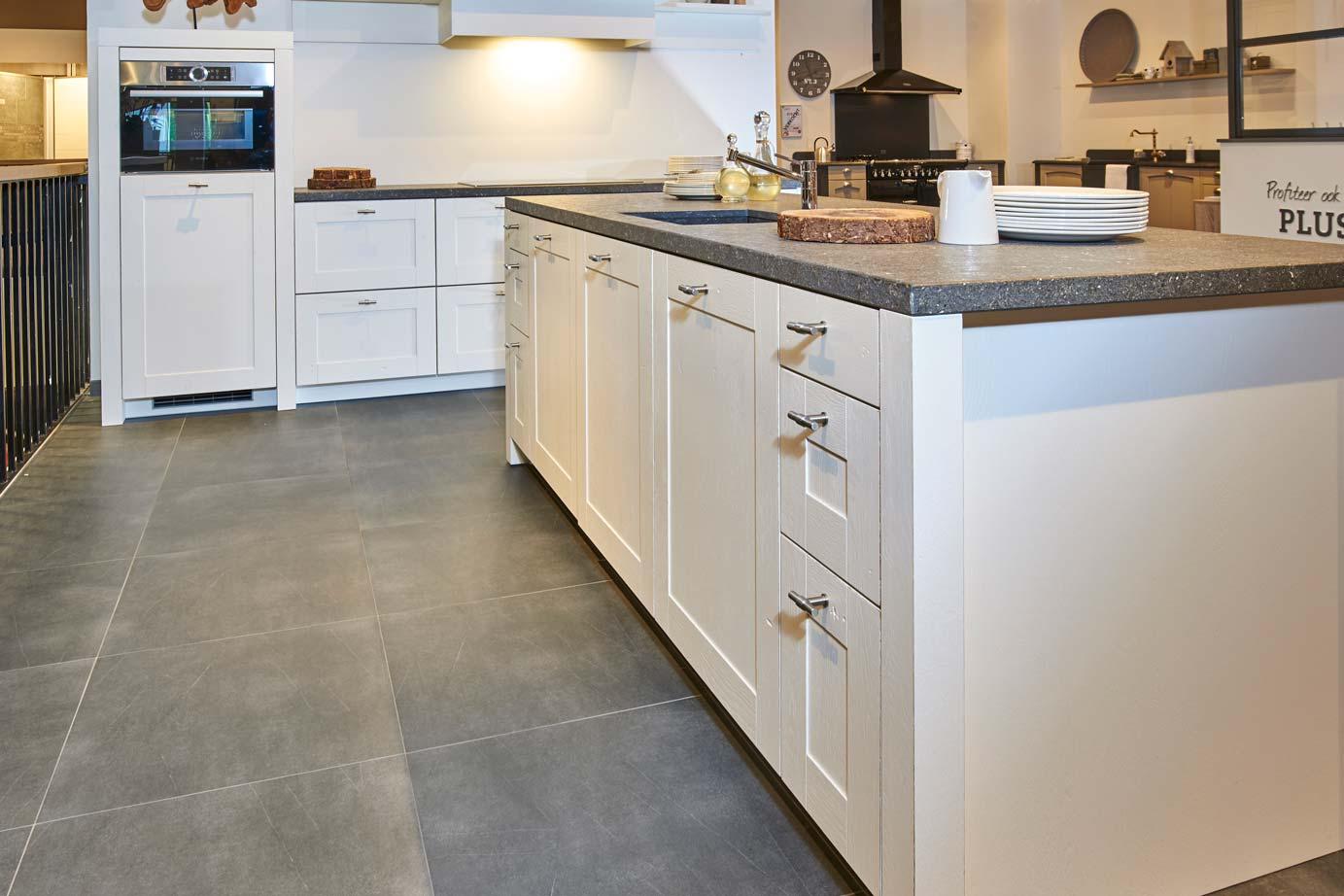 Witte Keuken Landelijk : Landelijke witte keuken met eiland met a merk apparatuur db