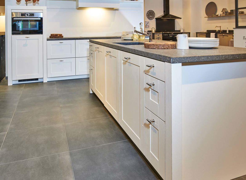 Landelijke witte keuken met eiland met a merk apparatuur for Landelijke keuken