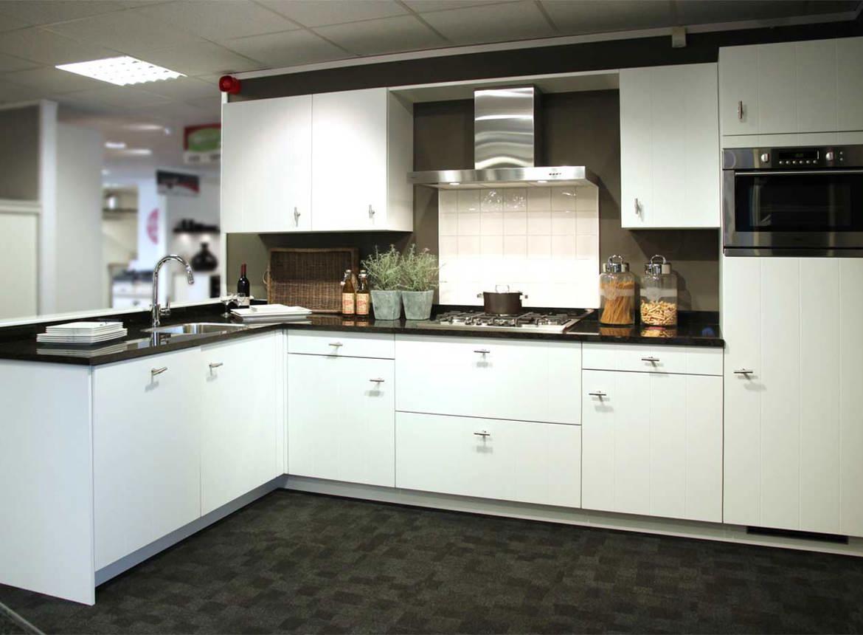 Slaapkamer muur kleur blauw - Witte keuken voorzien van gelakt ...