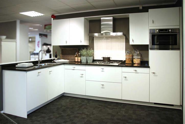 Witte keuken met apparatuur van pelgrim db keukens - Witte keuken met zwart werkblad ...