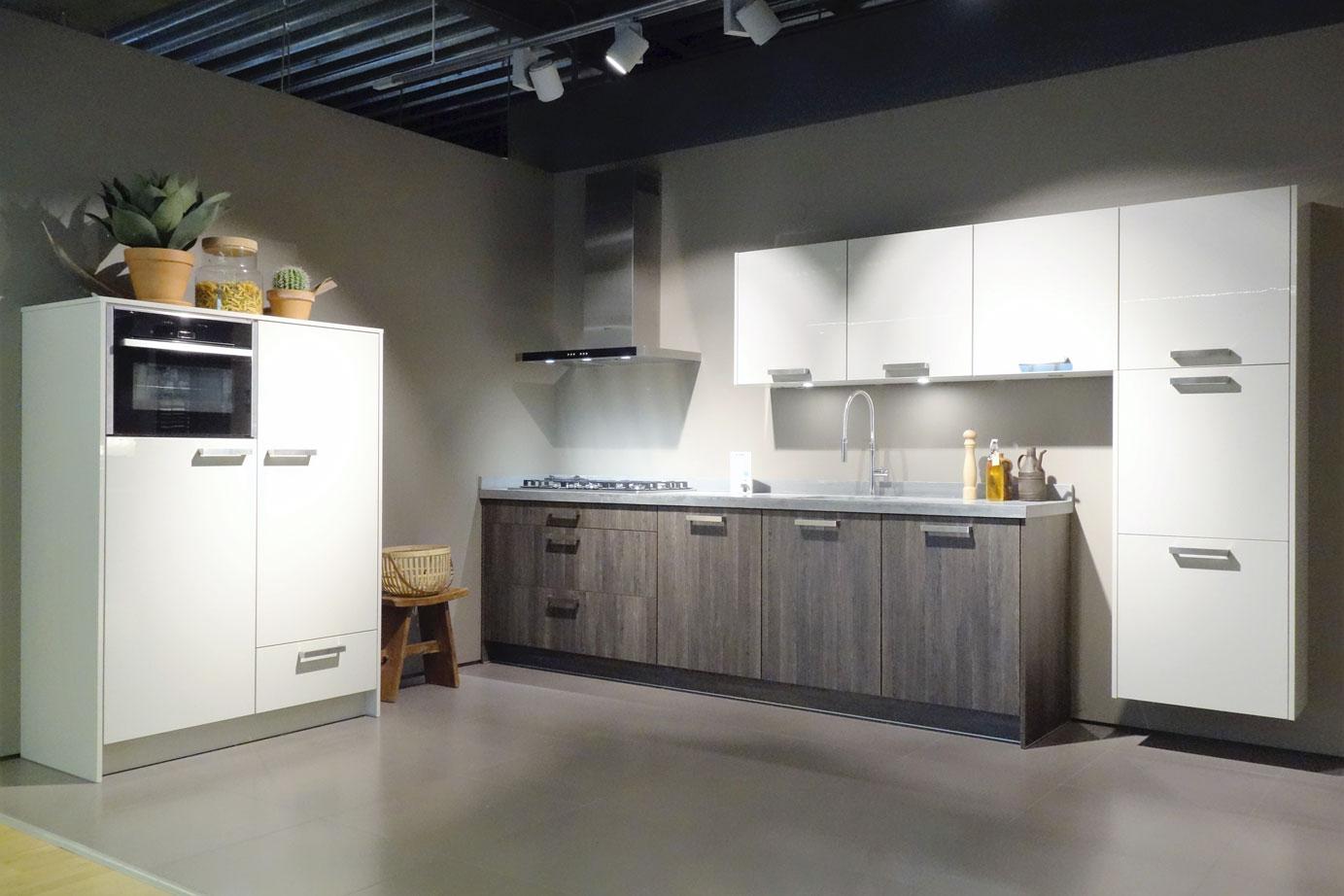 Design Keukens Showroommodellen : Design Keukens Opruiming Witte greeploze keuken met grijs