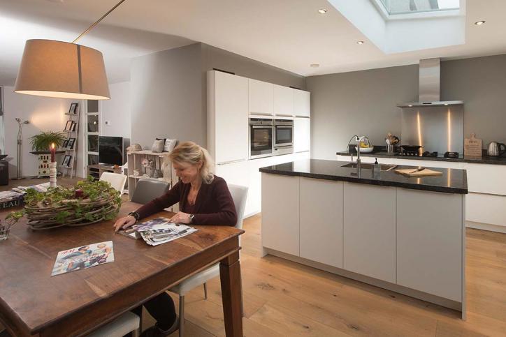 60 moderne keukens veel inspiratie met foto 39 s en prijzen db keukens - Centrum eiland met bar ...