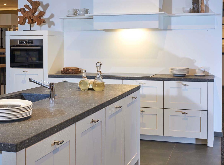 Landelijke witte keuken met eiland met a merk apparatuur db keukens - Eigentijdse keuken met eiland ...