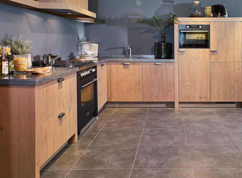 Houten keuken met robuust betonnen werkblad db keukens - Redo keuken houten ...