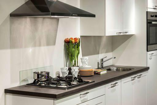 Witte Keuken In Prachtige Ruime Opstelling : Witte keuken. Strakke ...