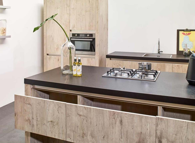 Een greeploze houtlook keuken met een keukeneiland db for Greeploze keuken
