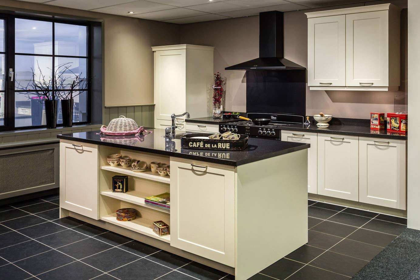 Landelijke Keuken Outlet : Een Old Wood keuken met een keukeneiland. – DB Keukens