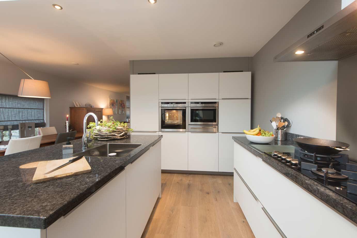 Zwevende Keuken Showroom : Moderne keukens: onderscheid jezelf met strak design – DB Keukens