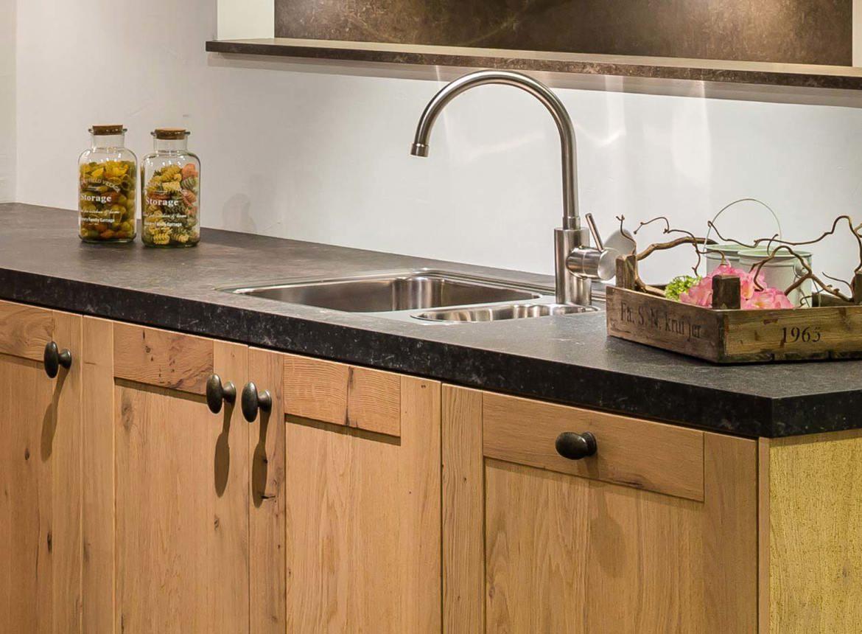 Houten keuken strak met ambachtelijk eiken db keukens - Redo keuken houten ...