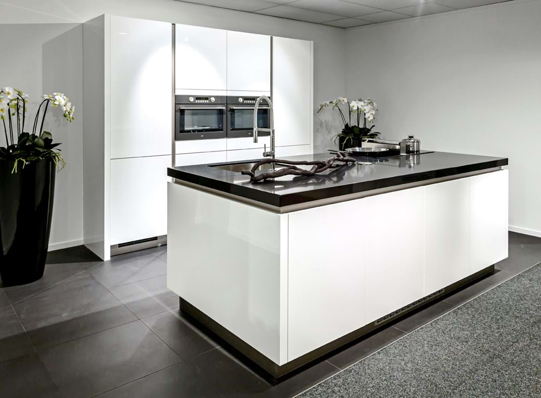 Moderne keuken met luxe apparaten db keukens for Moderne keuken