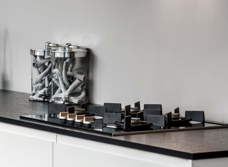 Moderne keuken in wit hoogglans   db keukens