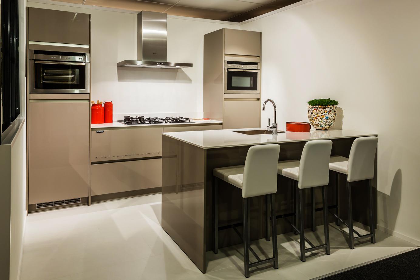 Handgrepen Keuken Prijs : Design keuken met luxe apparatuur DB Keukens