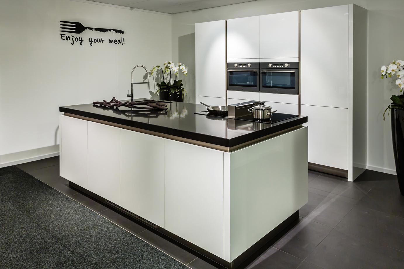 Donkere Keuken Met Licht Blad : Moderne keuken met kookeiland DB Keukens