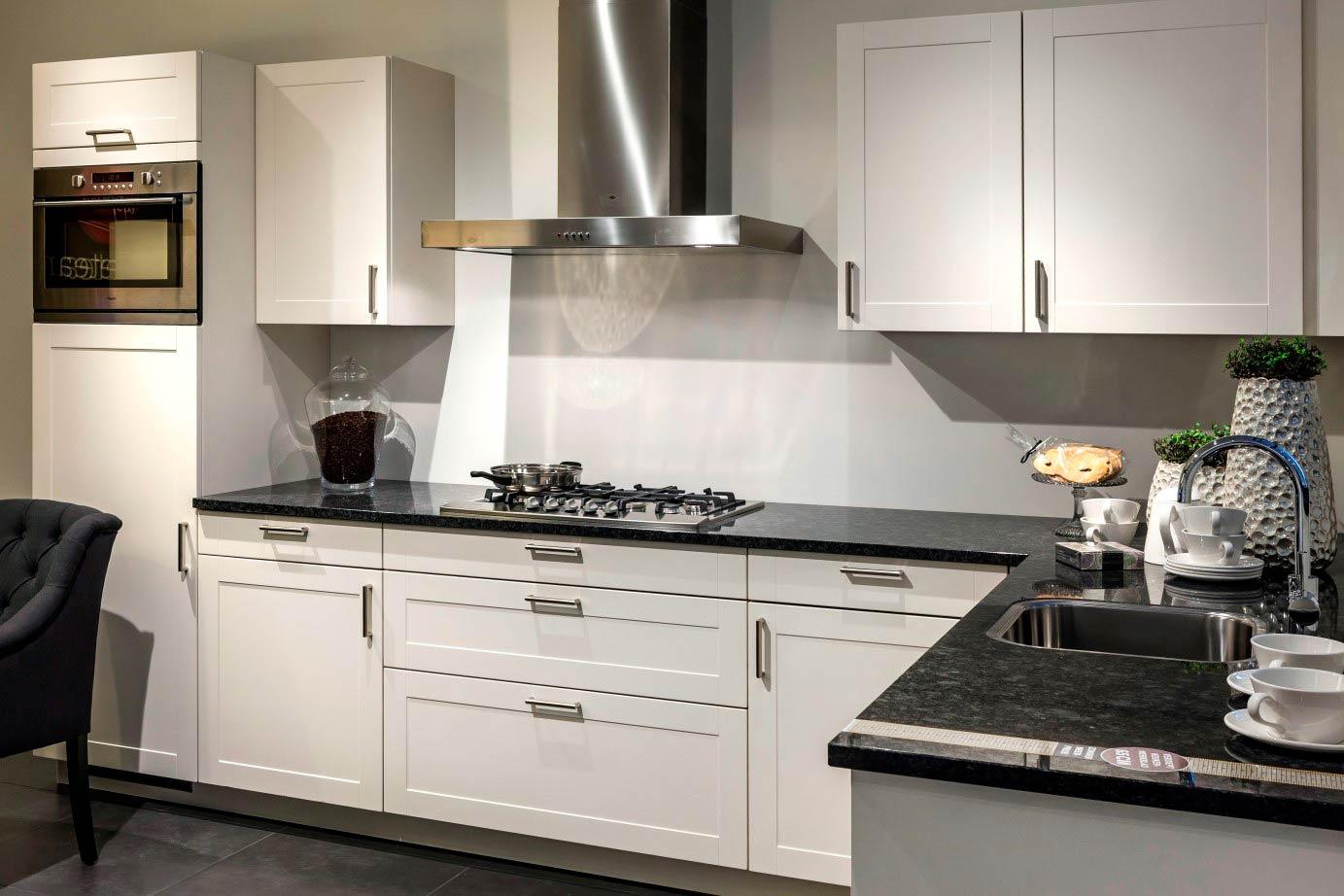 Witte keuken met bruin werkblad collectie dun aanrechtblad verzameld door ingrid van vossen op - De beste hedendaagse keukens ...