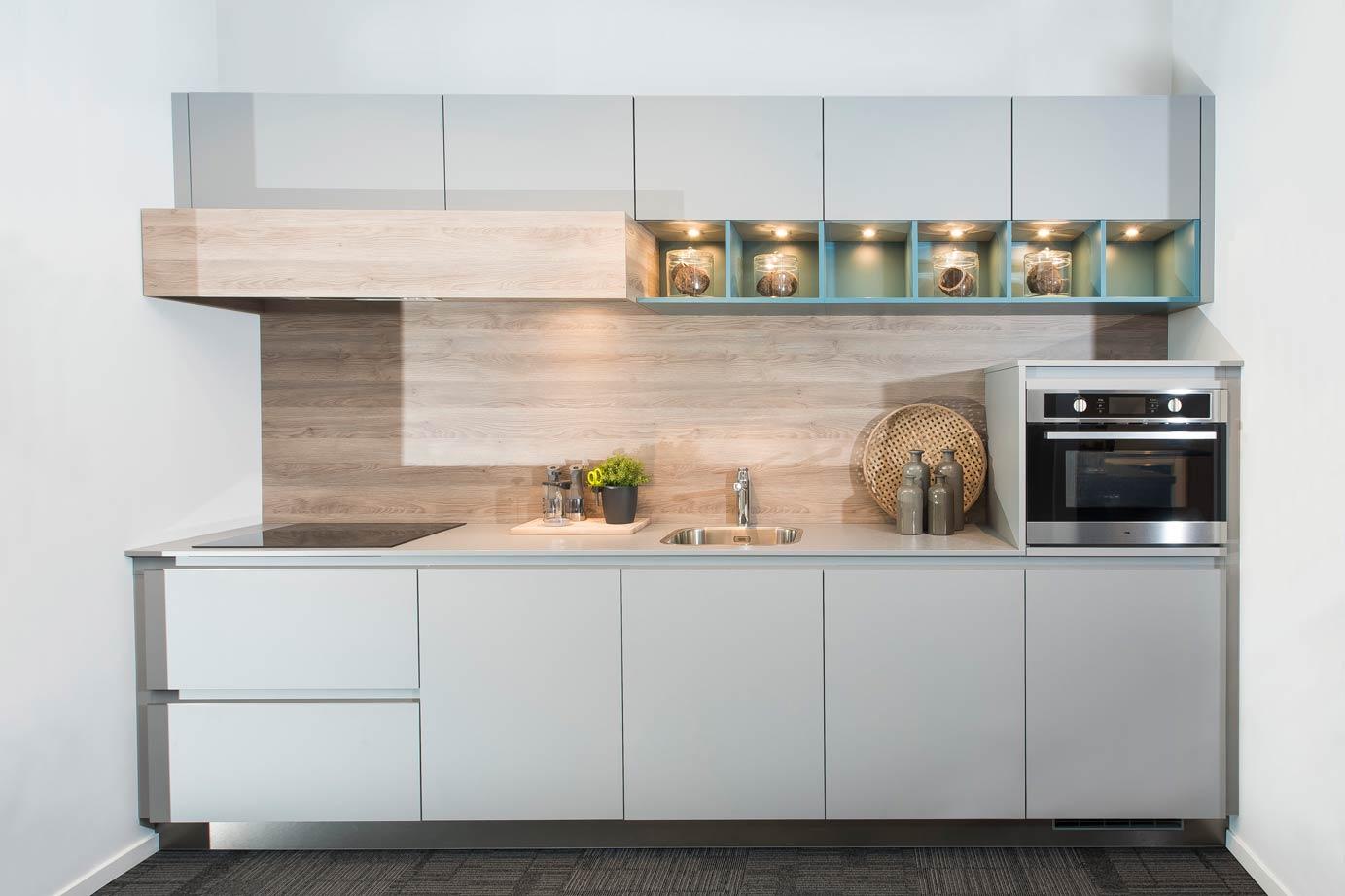 Moderne Blauw Keuken : Bij deze moderne rechte keuken springt het contrasterende blauw