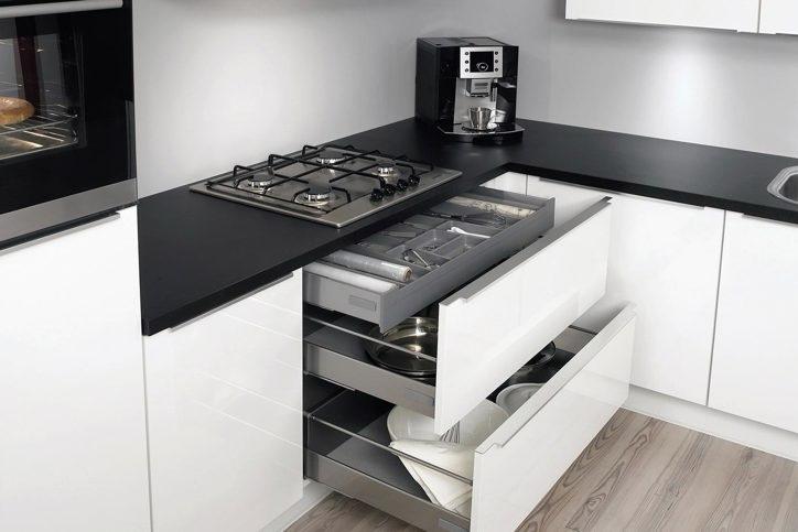 Extra opbergruimte zelfs in kleine keuken db keukens - Kleine keuken open ruimte ...