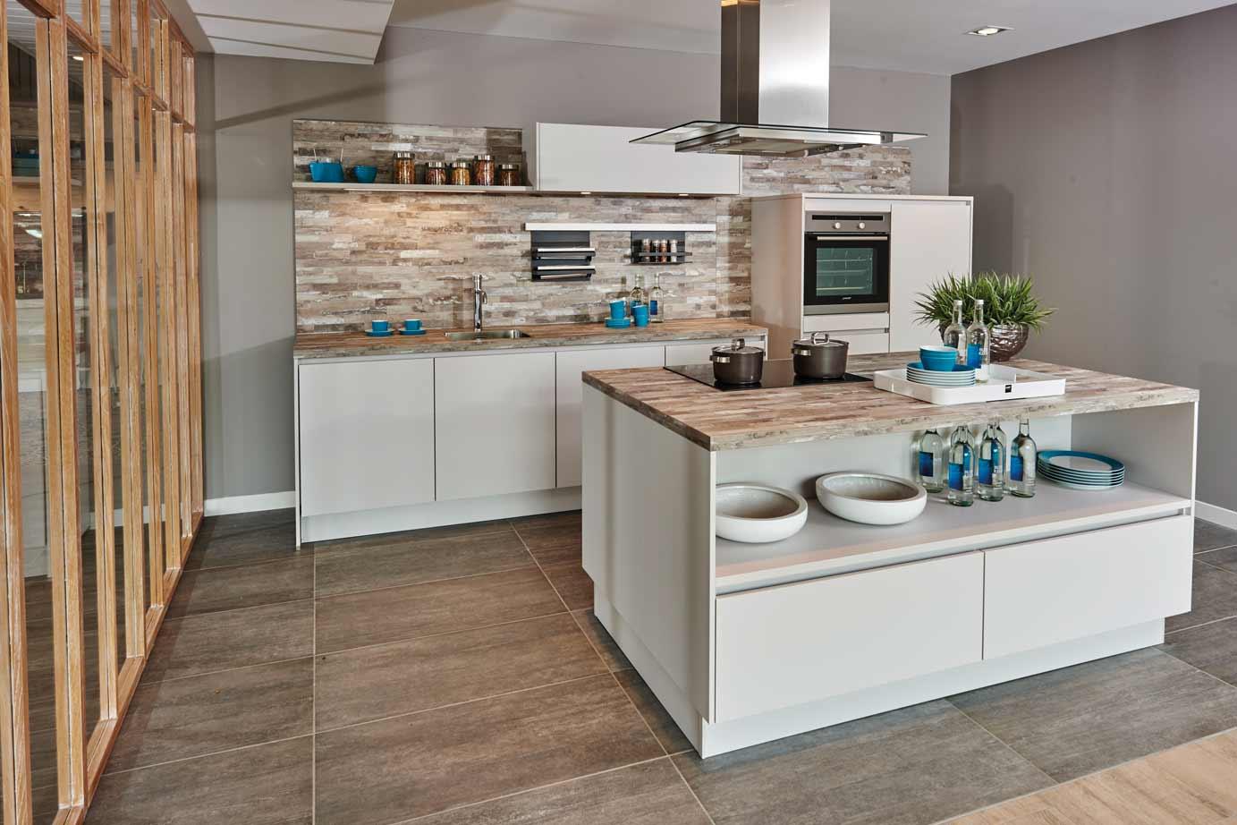 Keukeneiland Verlichting : Keukeneiland Maken : Zwarte keuken met design LED verlichting onder