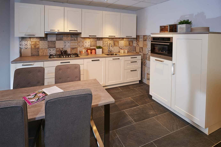 Tijdloze keukens jaren vari ren met neutrale elementen db keukens for Foto witte keuken