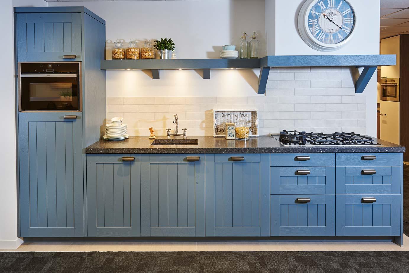 Blauwe Landelijke Keuken : Rechte keuken. Kastdeurtjes met ruitjes, sfeer! – DB Keukens