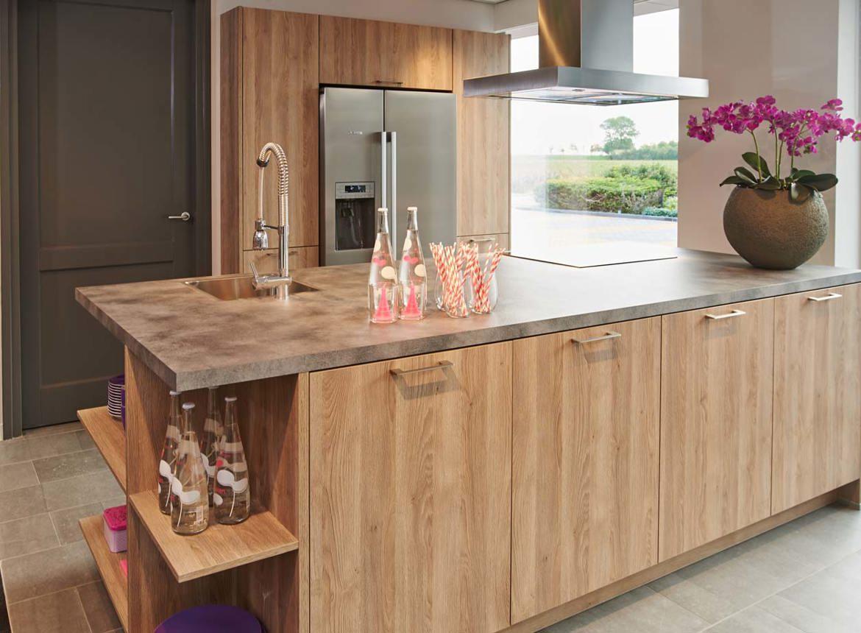 Modern keuken met eiland en kastenwand in houtlook db for Moderne keuken