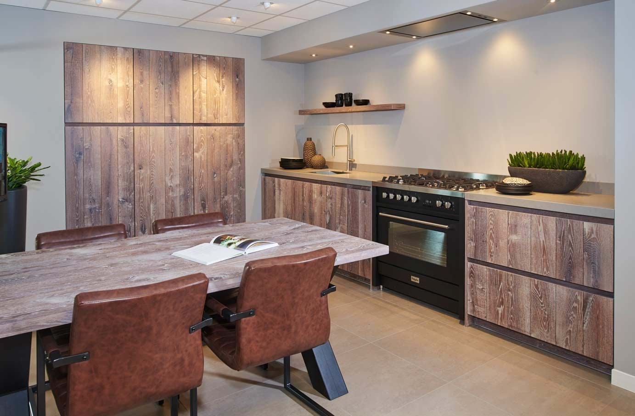 Moderne greeploze keukeneiland met kastenwand - DB Keukens