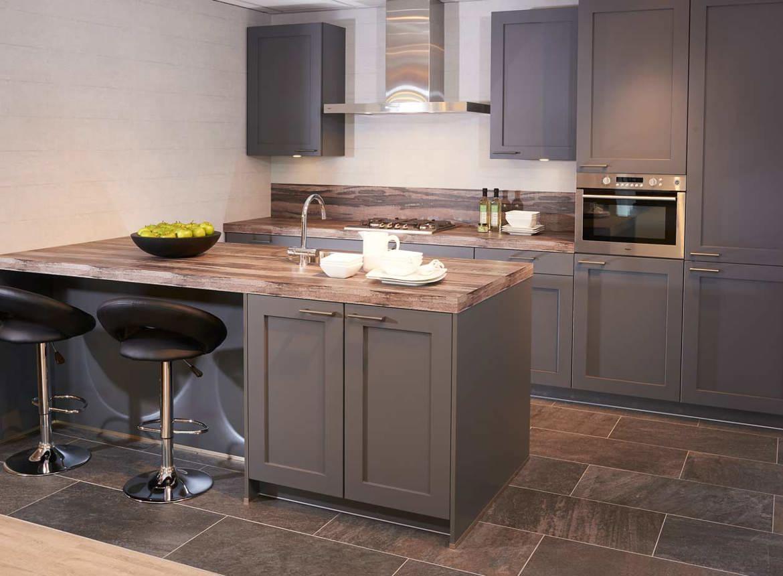 Moderne grijze keuken met eiland incl apparatuur db keukens - Centrum eiland met bar ...