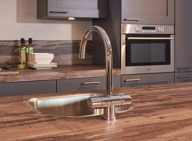 Moderne grijze keuken met eiland incl apparatuur db keukens - Moderne keuken kleur ...