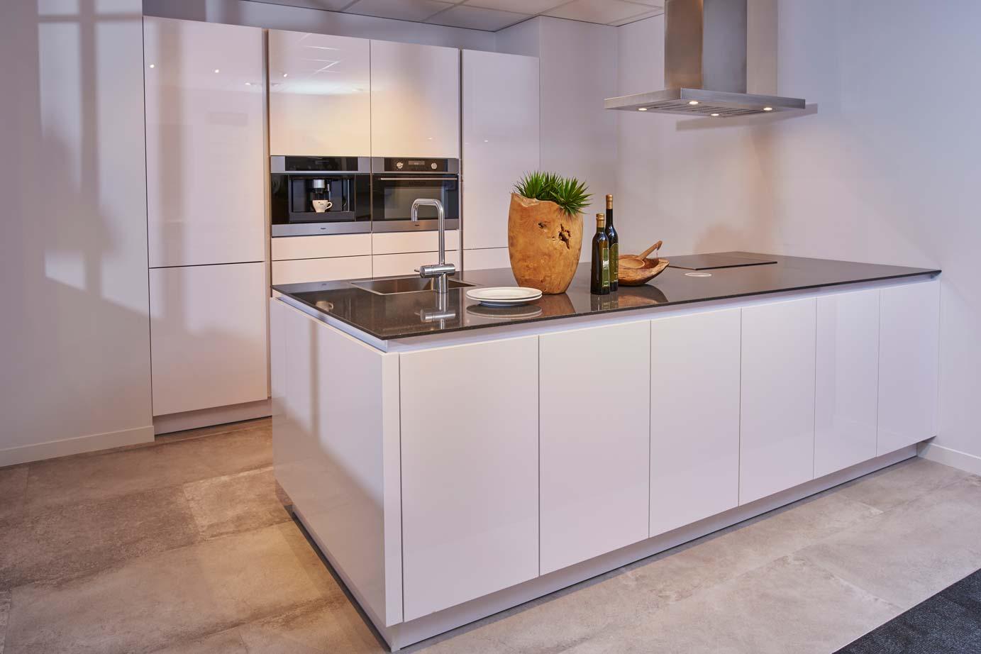 keuken tegels wit : Moderne Keuken Met Eiland In Hoogglans Wit Db Keukens