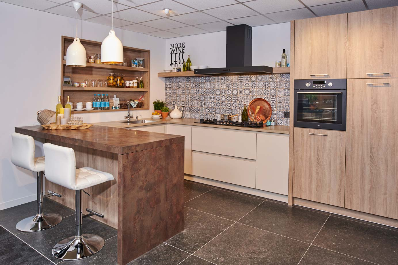 Gerestaureerde Antieke Keukens : Houten keuken met bar en kastenwand Bekijk foto s! DB