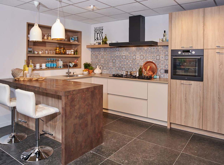 Houten keuken met bar en kastenwand bekijk foto 39 s db keukens - Keuken in u met bar ...