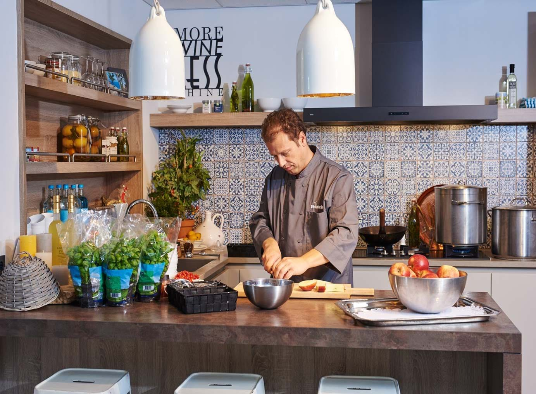 Houten keuken met bar en kastenwand bekijk foto 39 s db keukens - Uitgeruste keuken met bar ...