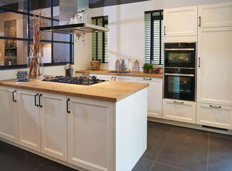 Landelijke keuken met kookeiland db keukens for Landelijke keuken