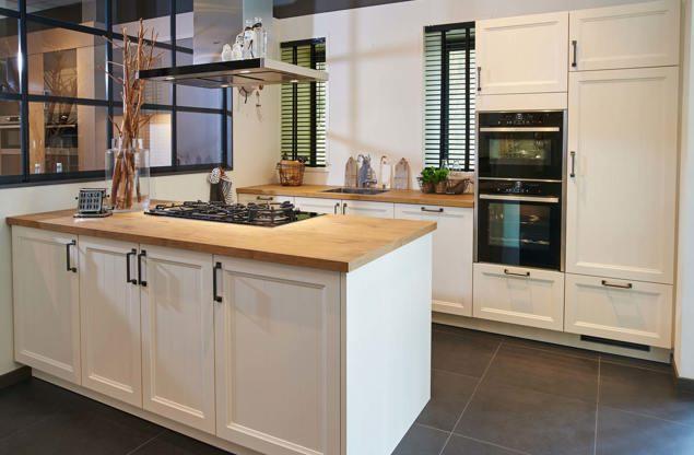 Landelijke keuken met eiland en prachtige fornuis! - DB Keukens