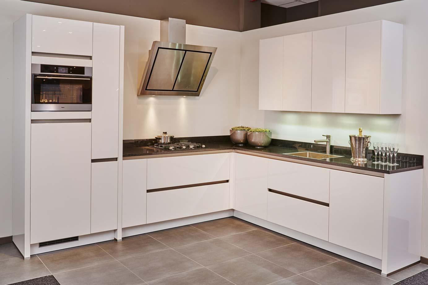 Witte mozaiek tegels keuken charmante hoekkeuken decorontwerp met witte verf kabinet keuken - Witte keukens ...